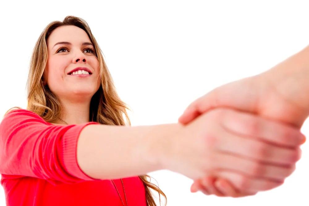 kvinne gir håndtrykk